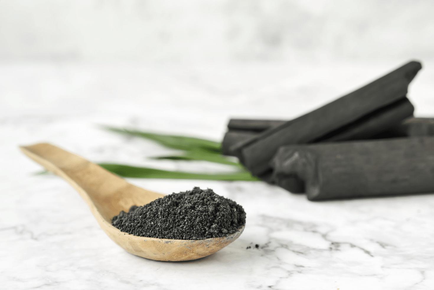 Le charbon polit, blanchit et nettoie les dents