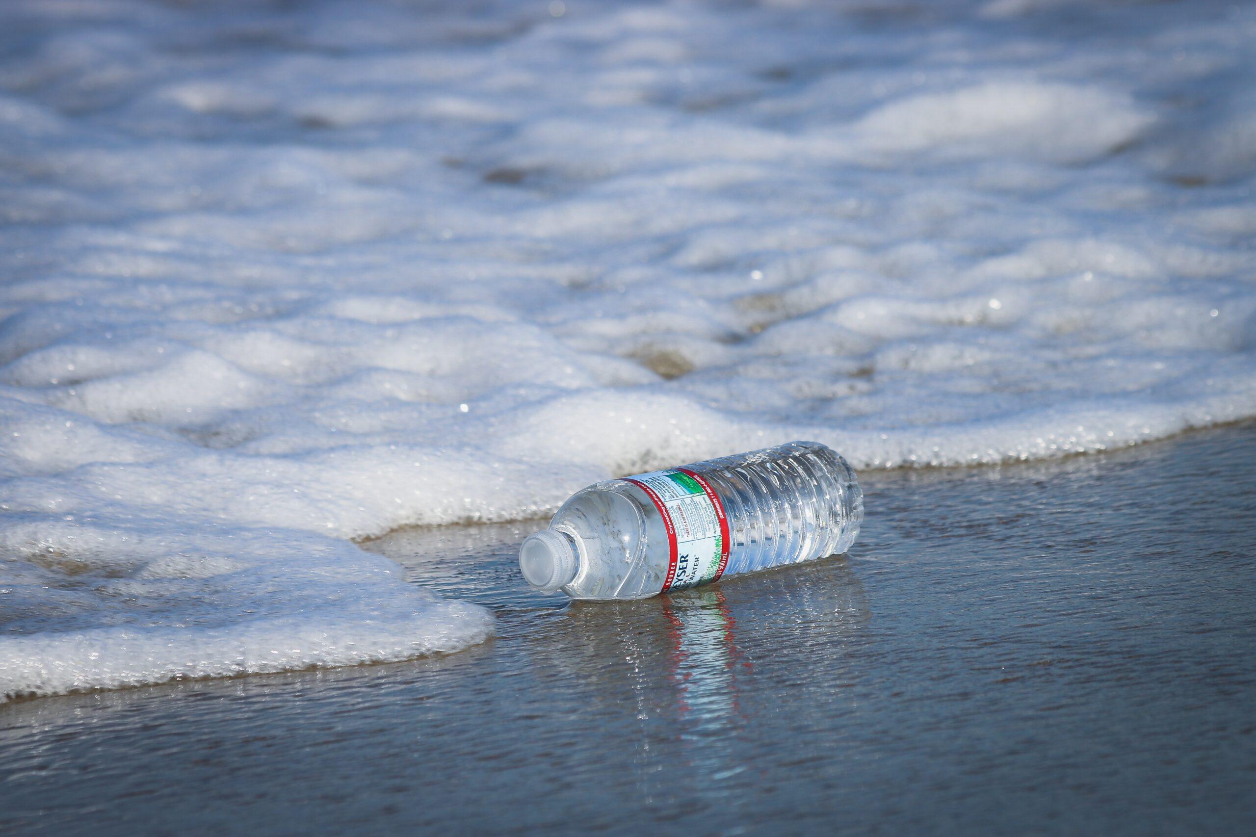 Les bouteilles en plastique polluent