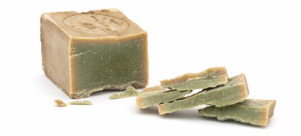 véritable savon avec extérieur brun et intérieur émeraude